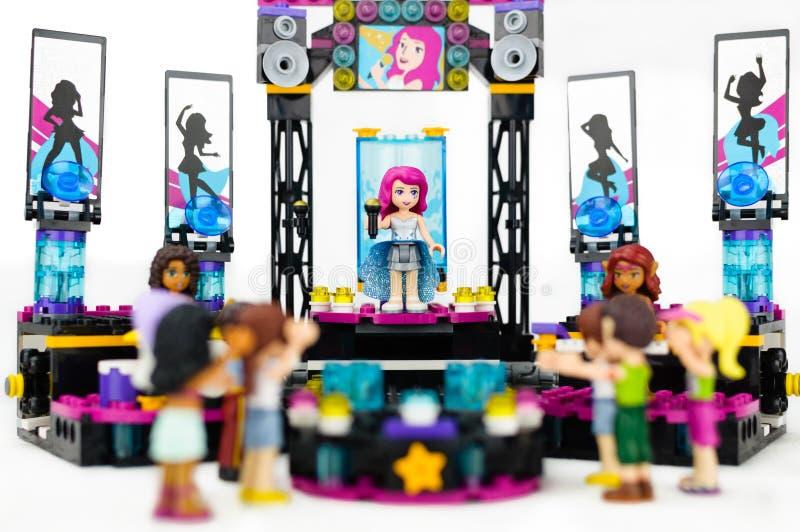 Legooverleg met vrouwelijke zanger en musici die op stadium aan een publiek presteren royalty-vrije stock foto