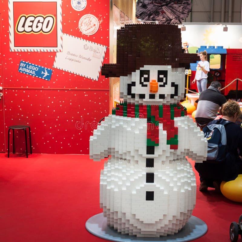 Legosneeuwman bij G! kom giocare in Milaan, Italië stock afbeeldingen