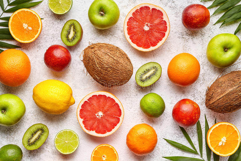 Legt de citrusvrucht gesneden vruchten vlakte als achtergrond, gezonde vegetarische natuurvoeding stock afbeeldingen