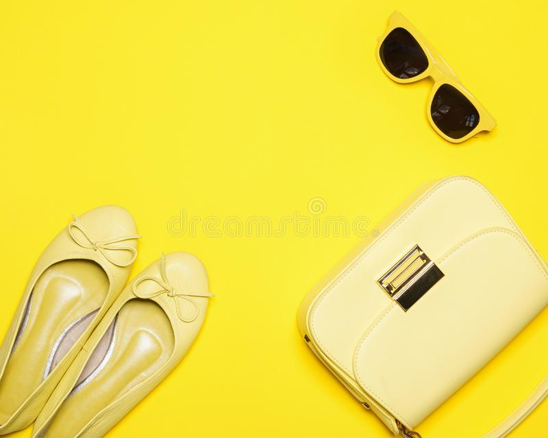 Legt de in manier gele gestileerde vrouw, Toebehoreninzameling op gele achtergrond, de Zomerconcept, Vlakte, Hoogste mening royalty-vrije stock afbeelding