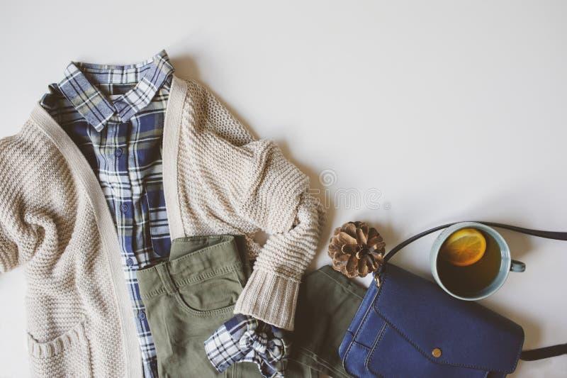 legt de toevallige de manier vastgestelde vlakte van de de herfstvrouw met exemplaarruimte Plaidoverhemd, gebreide sweater, blauw stock fotografie