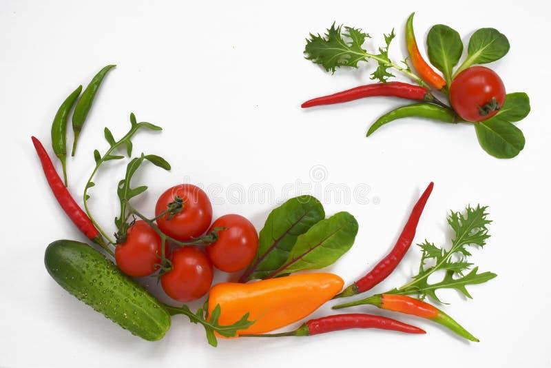 Legt de vlakte van gezonde voeding verse groenten geïsoleerd op wit Tomaat, groene paprika, komkommer, ruccola, mangelwortel De r royalty-vrije stock afbeelding