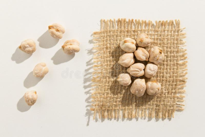 Legumbre de los garbanzos Ciérrese para arriba de granos extienden por la tabla blanca imagen de archivo libre de regalías