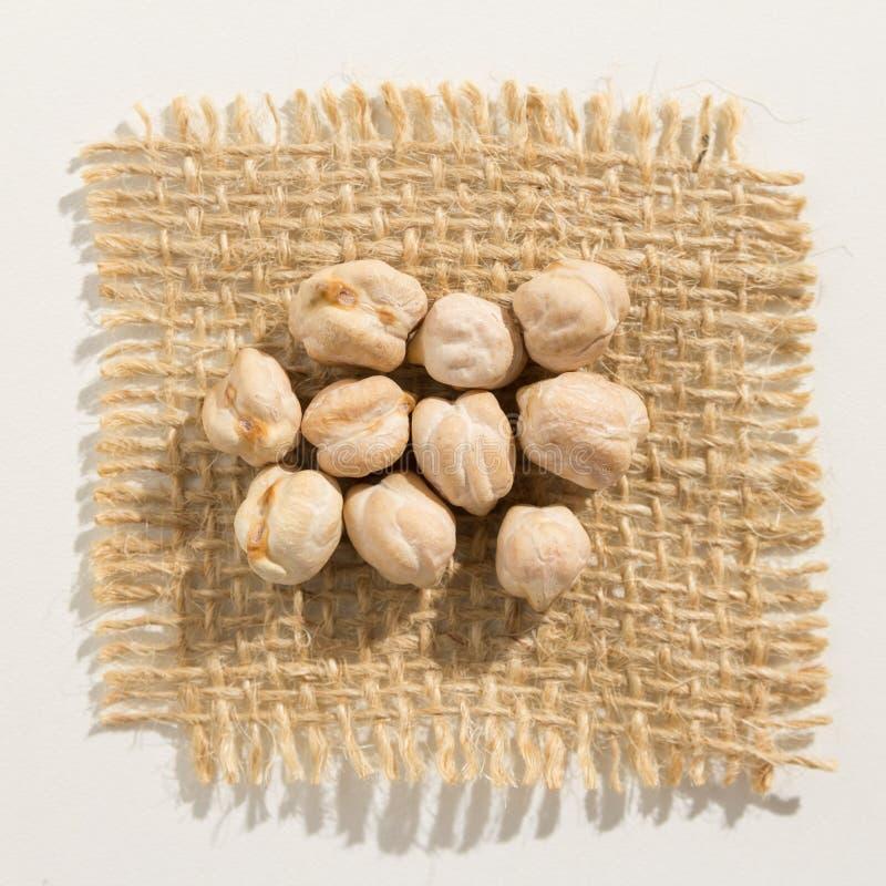 Legumbre de los garbanzos Ciérrese para arriba de granos sobre la arpillera imágenes de archivo libres de regalías
