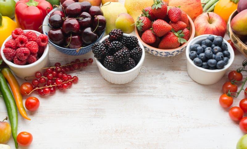 Legumbres de frutas del verano en la tabla fotografía de archivo