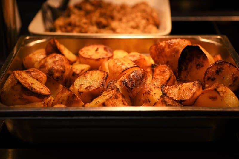 Legume fresco cozinhado e servido friável dourado delicioso das batatas assadas em um prato imagens de stock royalty free