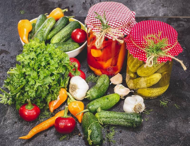 Legumes enlatados e frescos imagens de stock