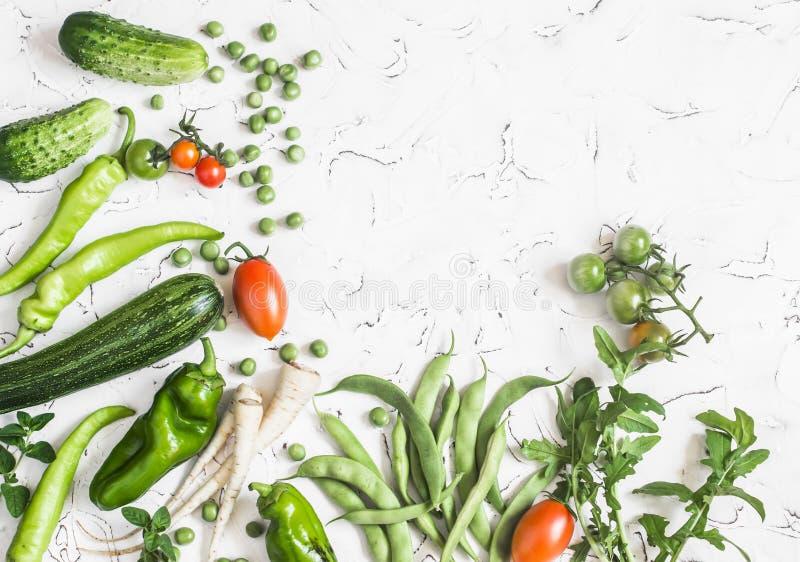 Legumes frescos - abobrinha, pepinos, ervilhas verdes e feijões, pastinaga, pimentas, tomates, cebolas em um fundo branco fotografia de stock royalty free