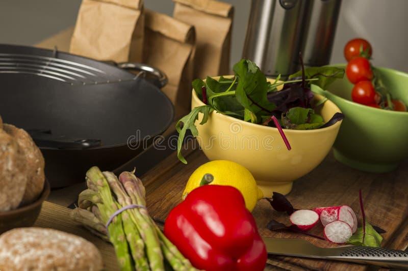 Legumes frescos apresentados em um contador de cozinha fotografia de stock