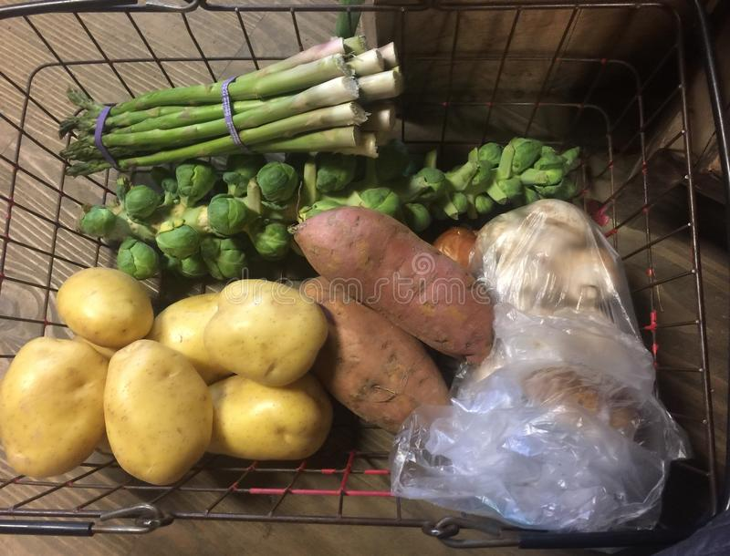 Legumes frescos: Aspargo, couves-de-Bruxelas, batatas, batatas doces e cogumelos na cesta fotografia de stock royalty free