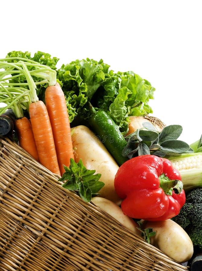 Legumes frescos da cesta imagens de stock royalty free