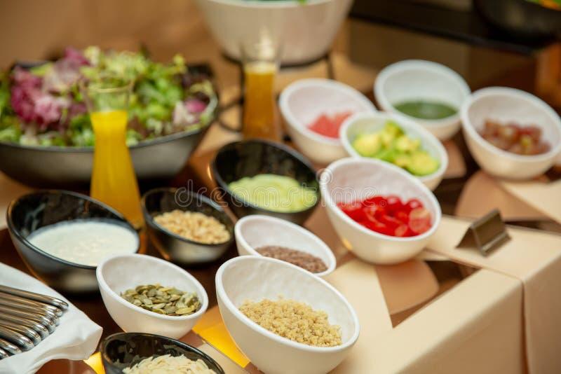 Legumes frescos de barra de salada Alimento saudável em uma tabela de bufete imagens de stock