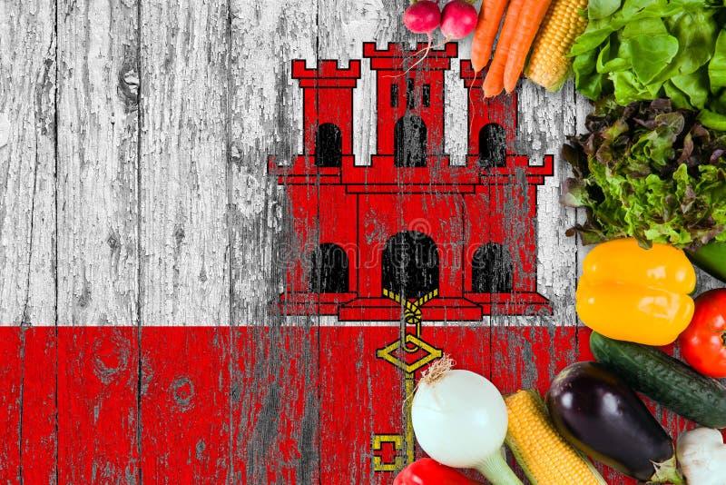 Legumes frescos de Gibraltar na tabela Cozinhando o conceito no fundo de madeira da bandeira fotografia de stock