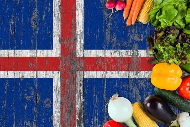 Legumes frescos de Isl?ndia na tabela Cozinhando o conceito no fundo de madeira da bandeira imagem de stock royalty free