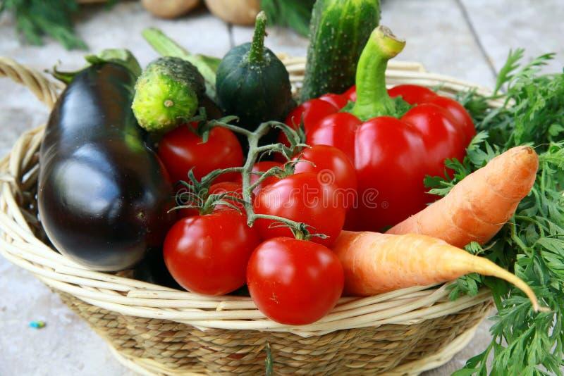 Legumes frescos diferentes em uma cesta de vime foto de stock