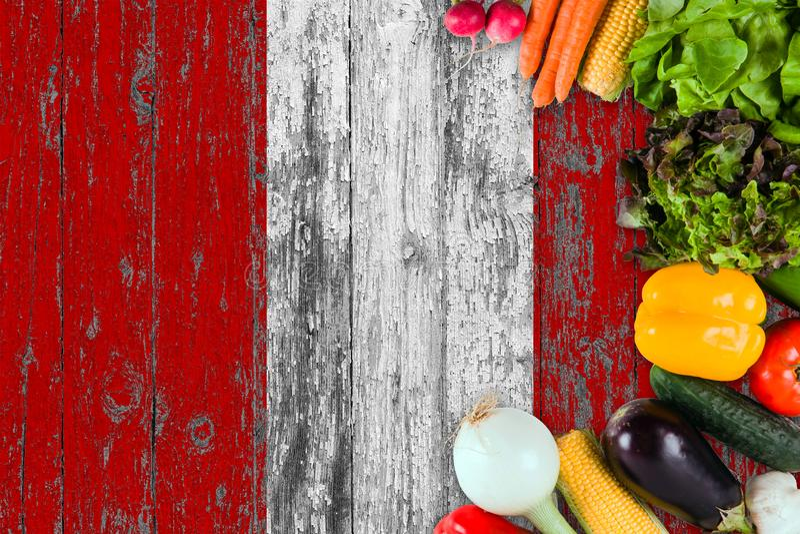 Legumes frescos do Peru na tabela Cozinhando o conceito no fundo de madeira da bandeira imagem de stock royalty free