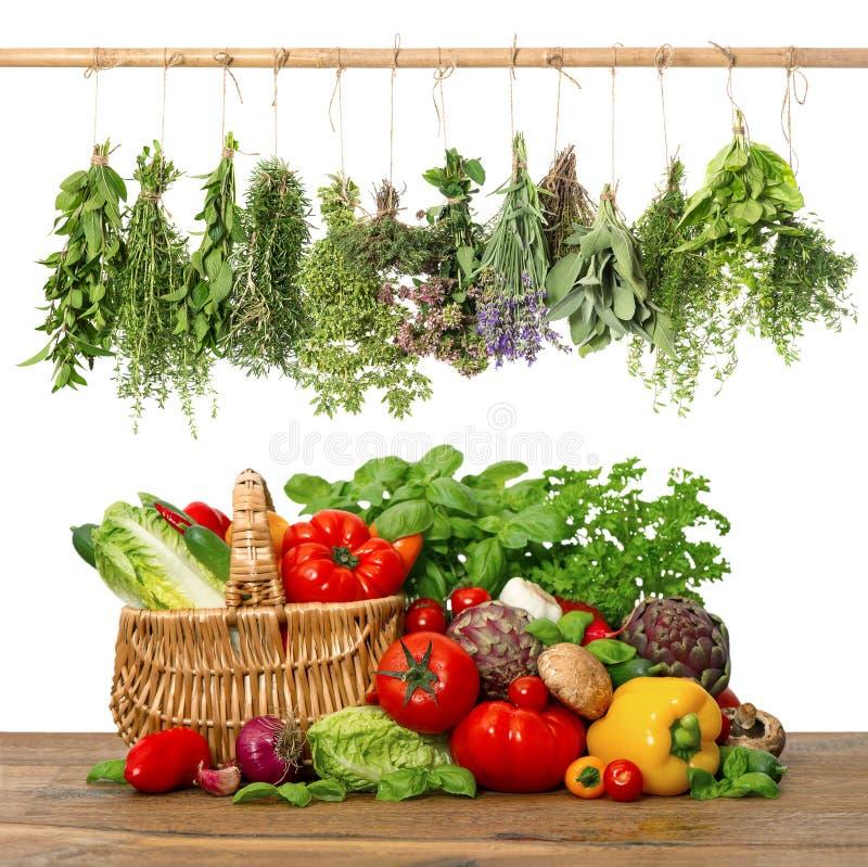 Legumes frescos e cesta de herbs.shopping. interior da cozinha imagem de stock