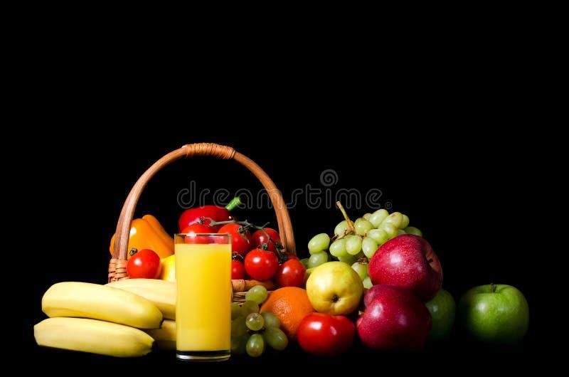 Legumes frescos e fruta em um preto imagem de stock