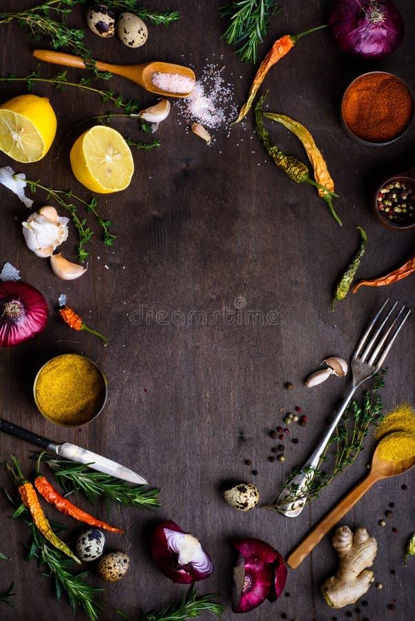 Legumes frescos e ingredientes para cozinhar no backgroun de madeira imagem de stock