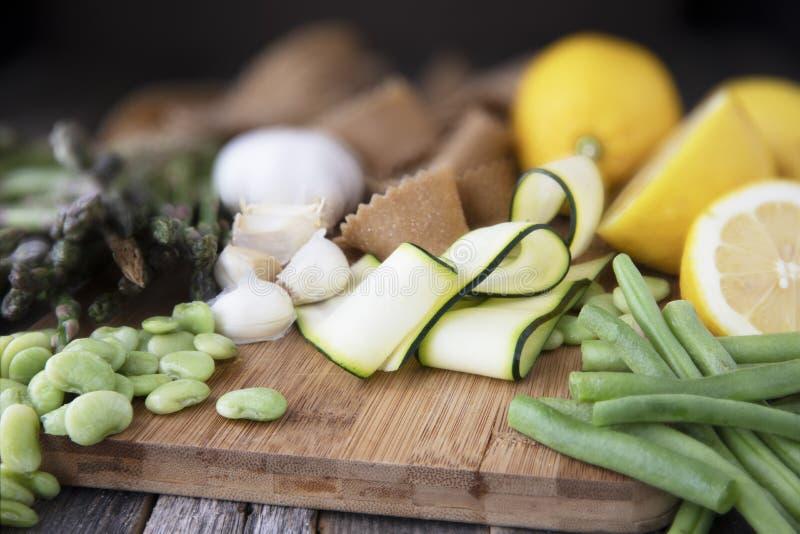 Legumes frescos e massa crua fotografia de stock
