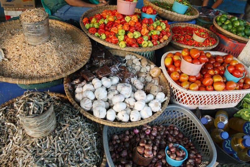 Legumes frescos e peixes secos em um mercado fotografia de stock royalty free