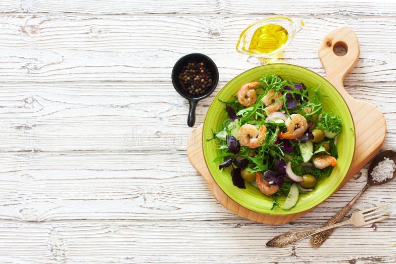 Legumes frescos e salada dos camarões fotografia de stock royalty free