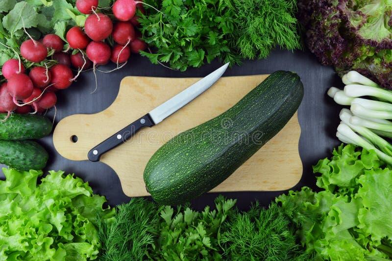 Legumes frescos e utensílios da cozinha no fundo de madeira alto foto de stock royalty free