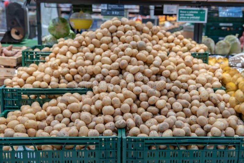 Legumes frescos em prateleiras do supermercado e nos mercados de umas caixas dos fazendeiros oferecido para a venda imagem de stock