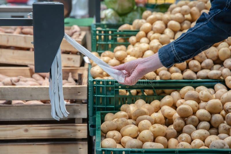 Legumes frescos em prateleiras do supermercado e nos mercados de umas caixas dos fazendeiros oferecido para a venda imagem de stock royalty free