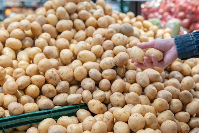 Legumes frescos em prateleiras do supermercado e nos mercados de umas caixas dos fazendeiros oferecido para a venda imagens de stock