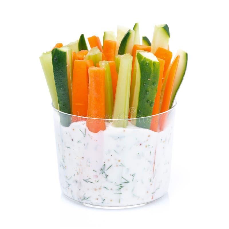 Legumes frescos em um molho do iogurte em um vidro, close-up imagem de stock