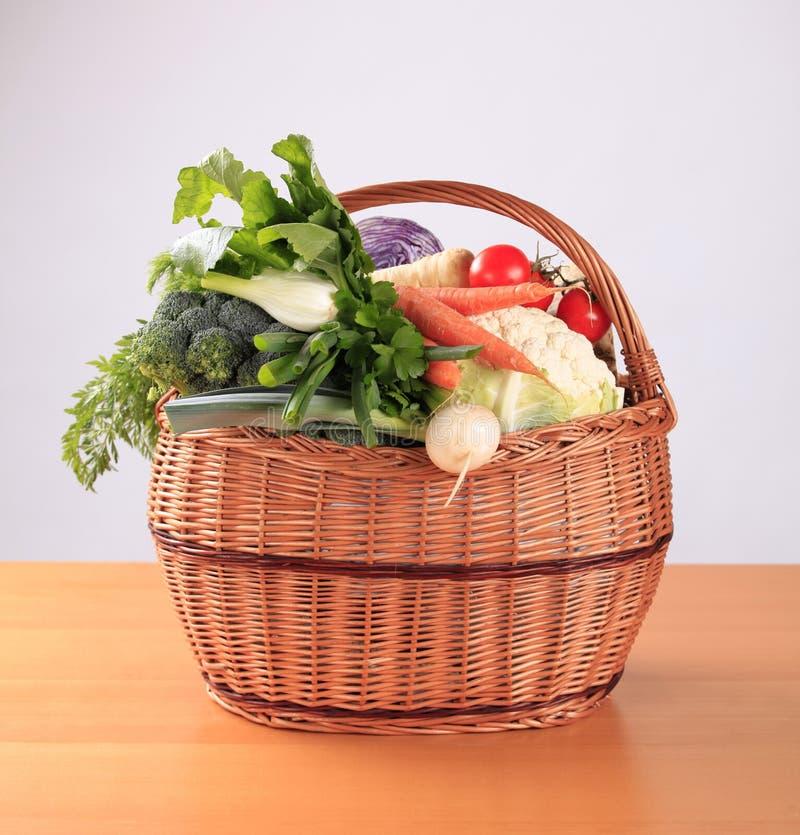 Legumes frescos em uma cesta foto de stock royalty free