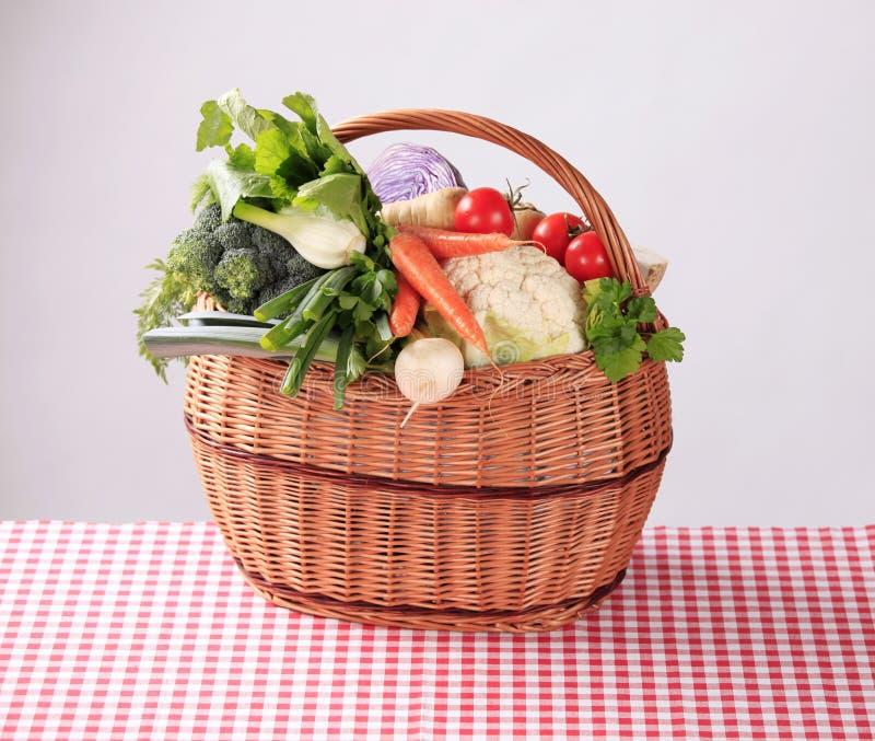 Legumes frescos em uma cesta fotografia de stock