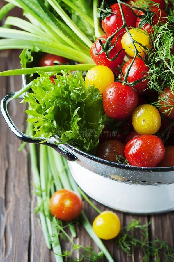 Legumes frescos na tabela de madeira imagens de stock