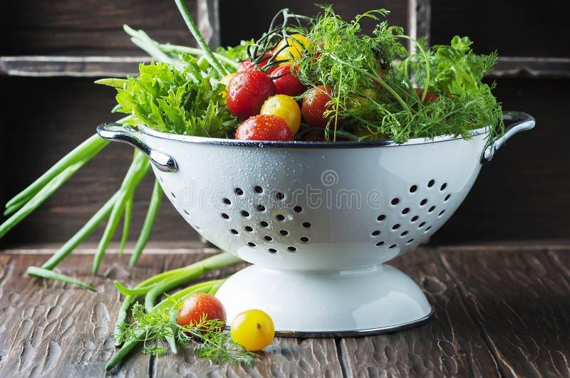 Legumes frescos na tabela de madeira imagens de stock royalty free
