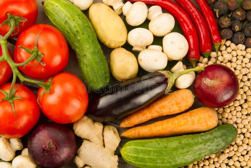 Legumes frescos no fundo de madeira O ícone para comer saudável, dietas, perda de peso imagens de stock