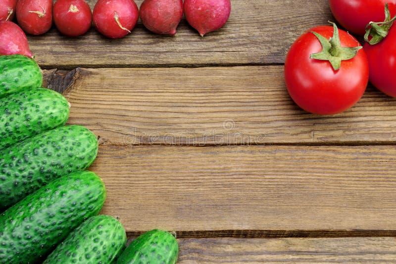 Legumes frescos no Tabletop rústico da cozinha imagens de stock royalty free