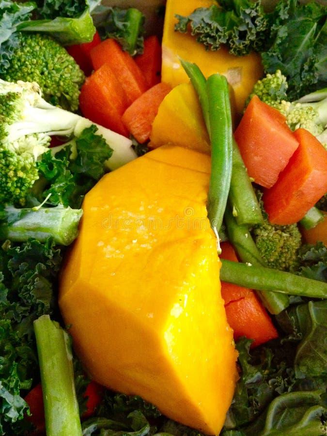 Legumes frescos nutritivos saudáveis descascados desbastados fundo imagem de stock