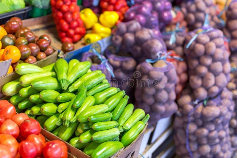 Legumes frescos orgânicos e bio no farmer& x27; mercado de s imagens de stock royalty free