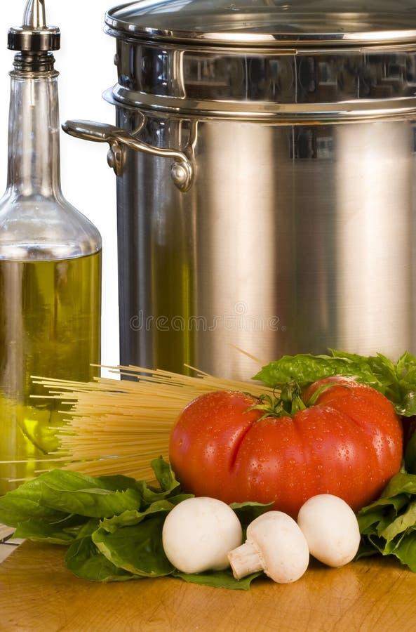 Legumes frescos, petróleo verde-oliva & potenciômetro imagens de stock