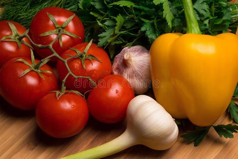 Legumes frescos, tomates, rabanetes, alho, ervas foto de stock