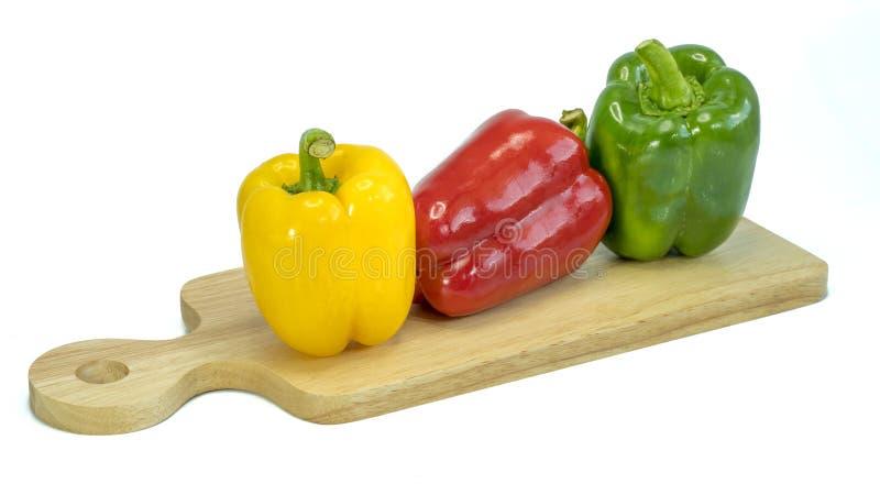 Legumes frescos três pimentas vermelhas, amarelas, verdes doces isoladas no branco imagens de stock