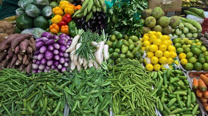 Legumes misturados coloridos no mercado fotografia de stock royalty free