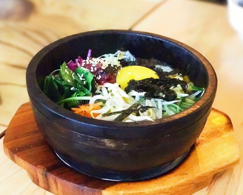 Legumes misturados de pedra quentes coreanos do potenciômetro do bibimbap imagem de stock