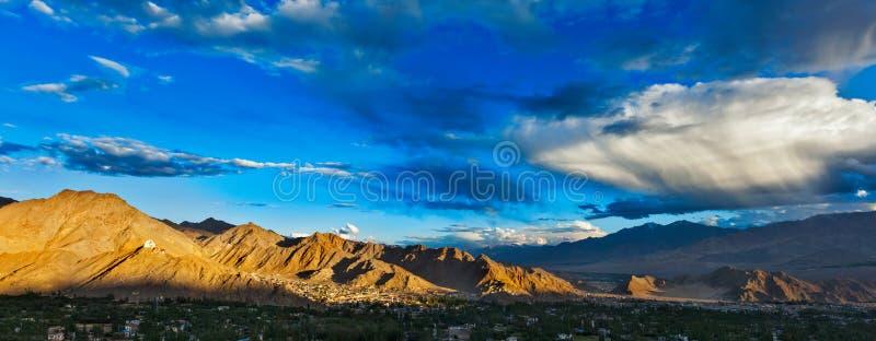 Leh日落全景。Ladakh,印度 免版税库存照片