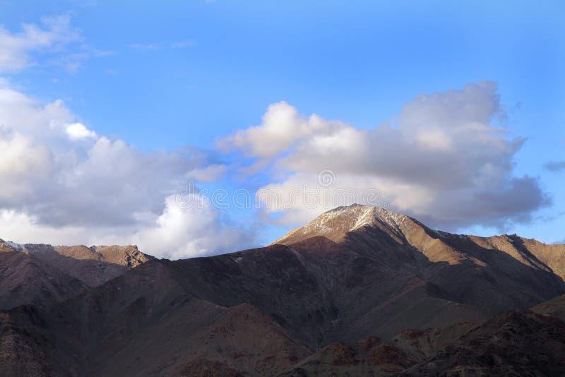 Leh,在日落期间的拉达克山  库存图片