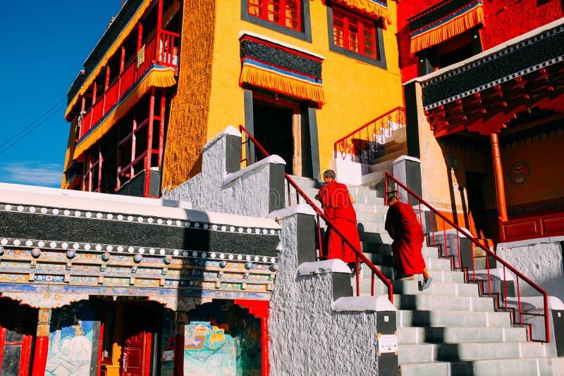 LEH-INDIA, EL 31 DE AGOSTO DE 2016: Los monjes budistas tibetanos se prepararon para cantar en el monasterio de Thikse fotografía de archivo