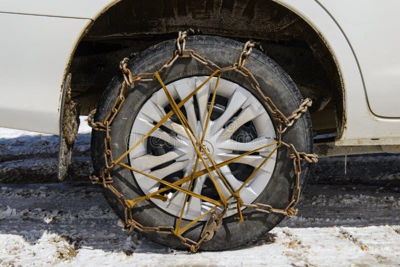 Leh India, Kwiecień, - 12, 2016: Zbliżenie śnieżni łańcuchy wspinał się na śnieżnym samochodowym kole obrazy stock
