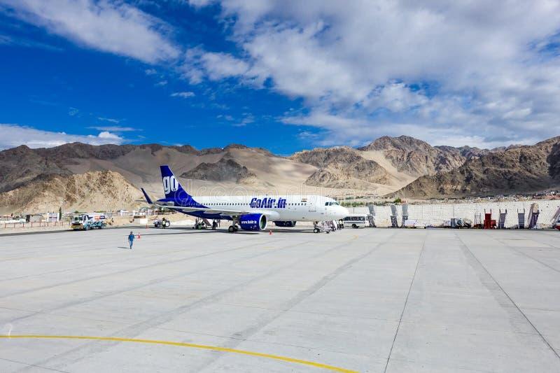 Leh India, Lipiec, - 8, 2017: Iść Lotniczy przy Leh lotniskiem samolot z halnym tłem obraz royalty free