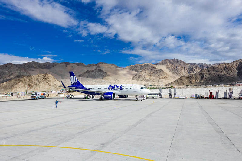 Leh, India - 8 luglio 2017: Va l'aereo di aria con il fondo della montagna all'aeroporto di Leh immagine stock libera da diritti